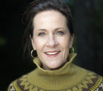 061b243acb7 Vigdis Hjorth växte upp i Oslo. Hon har studerat idéhistoria,  statsvetenskap och litteraturvetenskap. Hon debuterade 1983 med barnboken  Pelle-Ragnar i den ...